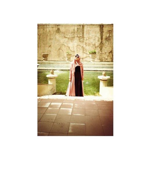 #hijabstyle #ootdhijab #clozetteid #starclozetter #exploreyogyakarta #explorejogja #visityogyakarta #bloggerstyle #styleblogger #tamansari #tamansarijogja #photooftheday #indonesia #yogyakarta #sumurgumuling #travelblogger #everoniajalanjalan #hijabootd #malioborojogja #malioboro #prawirotaman #yogyakarta
