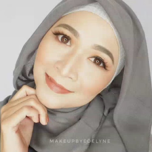 Ada yang mau video makeup tutorial ini ngga? Semuanya pakai produk lokal looo.Complexionnya sebagus itu , aku juga sampe takjub sendiri, padahal harganya dibawah 50ribu aja. Abis maghrib yaa video tutorial makeupnya aku posting. #brushedbyedelyne #makeup #clozetteid #makeupandhijab #hijabi #mua #beautyinfluencer #instagram #makeupnatural #flawlessmakeup #bandungbeautyvlogger #bandungbeautyblogger #bloggerstyle