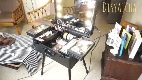 REVIEW MAKEUP CASE New video udah Up di youtube,kilk link di bio  Kali ini gw mau kasih refrensi,barangkali ada yang cari beauty case,yang muat banyak dn gedee,bisa taro makeup yang kalian perlukan,cocok buat MUA ,atau Vlogger.. Nahhh untuk beauty case ini,bisa kalian dapetin di store @kaycollection ,banyak si yang jual, untuk beautycase gw kali ini,dari @masamishouko , yang gw suka dibagian lampu yang simple,bisa diatur cahayanya( yellow or white) ada bluetooth dan usb yang bisa kalian sambungin,jadi makeup makeup sambil dengerin lagu.. #mua #beautycase #beautycasemasamishouko #beautycasemua #review #makeupcase #clozetteid #indobeautygram @clozetteid @indobeautygram
