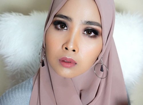 I'm Back..setelah pipi ayyy menyon sebelahh kemarin.. Kira-kira ini tutorial apa ya??.. Product1. @benefitindonesia eyebrow #kabrow no.52. @dior skin forever 0253. @pixibeauty glow mist 4. @lagirlindonesia pro conceal (orange)5. @nyxcosmetics_indonesia wonder stick (deep profond)6. @maybelline fit me (20 sand sable)7. @glossier cloud paint ( puff)8. @sephoraidn medium eyeshadow pallete9. @pixycosmetics eyeliner10. @makeover intense matte lip cream (03 04)11. @urbandecaycosmetics urbandecayXkristenleanne highlight palette12. @thebodyshop bronzing powder (04)#clozetteid #makeuplook #ibv @indobeautygram @clozetteid #makeupgirlz #wakeupandmakeup