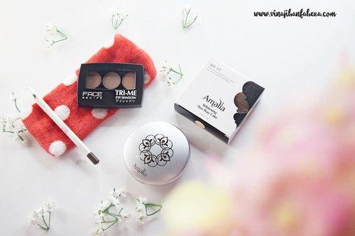 Baru pertama kali nyobain produk dari ketiga brand ini. Dan ternyata kualitasnya bagus juga terutama Face Recipe Tri Me Eyeshadow yang bisa tahan hingga 10 jam. 👏👏 ... Product : @jillcosmetics Eyebrow Pencil Dark Brown @amaliahalalbeauty Two way cake Light Beige @facerecipe Tri Me Eyeshadow #2 ... Reviewnya sudah bisa kalian baca di www.vinajihanfahera.com  #clozetteid #makeup #beauty
