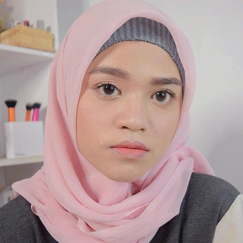 Aku ga tau mau bikin caption apa biar greget. Yang penting aku mau bilang, 'lagi happy banget jerawatku udah mendingan karena aku mengurangi makanan berminyak.' 😎😎😎......... #clozetteid #hijab #motd #blogger