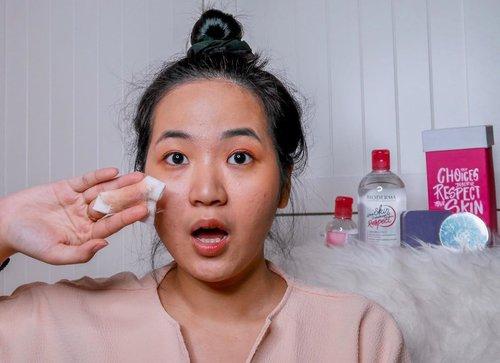 Jadi banker & content creator sama2 butuh penampilan yang mendukung. Seperti yang kamu suka liat di instagram, ya sering makeup. Yagimana, kalo gadibersihin maksimal suka ninggalin residu kayak kenangan mantan. Jadi selalu cari pembersih muka yang emang bagus, bisa bersihin maksimal & aman buat kulit acne prone kayak aku. . . Micellar water yang aku suka pake si @bioderma_indonesia punya sensibio h2o. Udah warnanya pink gemes banget (and my fav color wkwk) trs emang bersihin semua makeup maksimal (kecuali si waterproof2 makeup ini emang perlu effort lebih). Happy 25th anniversary Sensibio H2O nya Bioderma ✨ . . . . .  #25YearsAnniversary #RespectMyChoices #BiodermaIndonesia #SensibioH2O #SensibioTonique #BiodermaXClozetteIdReview #ClozetteIDReview #ClozetteID @clozetteid