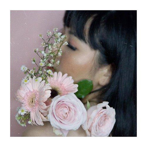Bunganya cantik. ..Ya kalo ganteng adam levine, maemunah!😂.........#clozetteid #cicireceh #recehkaninstagram #photoshootideas #fashionshot #indomodel #flowershoot #sonyforher #sigmalens #beautybloggerlife