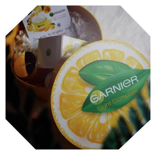Got this yuzu lemon package from @garnierindonesia 💕 gemes banget! Ada lilin wangi seger gitu (aduh tau aja aku suka banget scented candles 😭 terharu), terus ada produk garniernya! Kepo gaksih sekece apa efek yuzu lemon buat kulit? Tunggu review lengkapnya yes💕 #LebihCepatLebihCerah ........#clozetteid #jenntan #collabwithjenntan