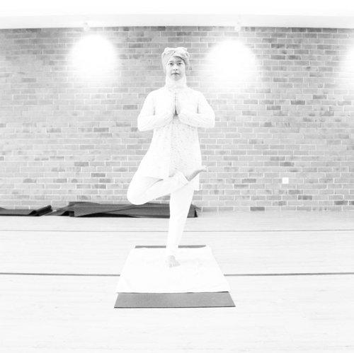 Beberapa waktu yang lalu aku nyobain Bikram Yoga alias Hot Yoga di @unionyoga  Hot yoga? Iya, soalnya ruangannya itu diberi pemanas supaya suhunya sekitar 40° Celsius.  Satu kelas berdurasi 90 menit dengan melakukan 26 geraan dan 2 latihan pernafasan.  Sebagai sesorang yang nggak pernah melakukan yoga sama sekali, aku merasa Bikram Yoga ini cukup enak dilakukan karena ruangan panasnya bikin badan nggak kaget pada saat badan mulai 'panas' dan keringetan.  Gerakannya pun cukup bisa aku ikuti (meskipun aku harus istirahat beberapa kali) dan aku suka dengan adanya jeda-jeda relaksasi di sesi terakhir.  Oh iya, untuk lebih lanjut cek blogpost terbaruku tentang pengalaman yoga ini di www.allseebee.com yaa.  #allseebee #ClozetteID #ClozetteIDxUnionyogaReview