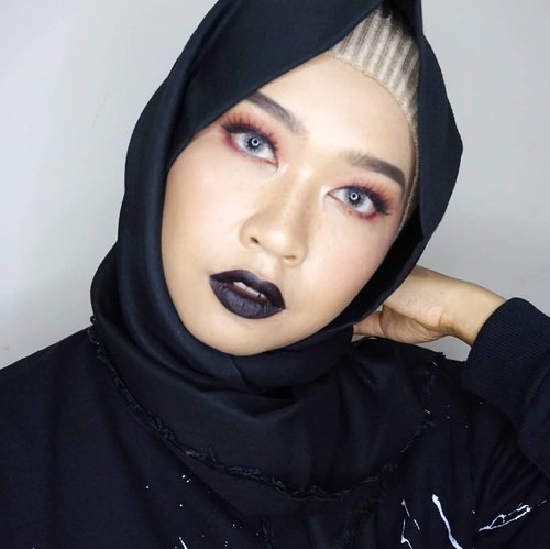 When the camera decided to focused on your hand instead.. *sigh*#allseebee #clozetteid #fotd #blacklipstick
