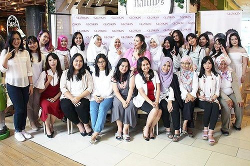 Throwback to Beauty Blogger Gathering with @gloskin_clinic, anyway, let's find more about facial & Gloskin on http://www.maryangline.com/2017/04/facial-with-gloskin-aesthetic-clinic.html?m=1  P.s : can you find me?😝 . . #beautybloggergloskin #clozetteid #beautybloggerindonesia #beautybloggerid #bloggerperempuan #indonesianfemalebloggers #indonesianbeautyblogger #indonesiabeautyblogger