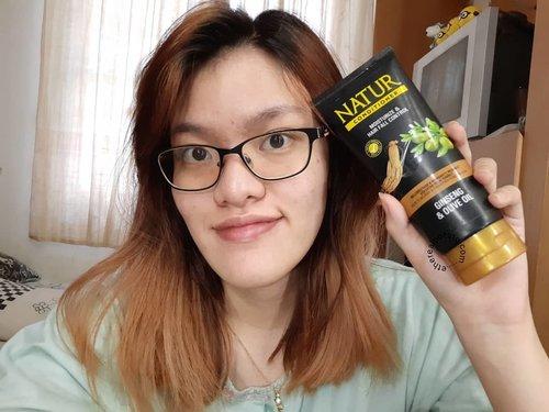 Sebagai cewek yang suka ngewarnain rambut, masalah rambut tuh jadi banyak banget, mulai dari rambut kering, patah, rontok, kusut, dll. Oleh sebab itu, perawatan rambut tuh jadi penting banget. Apalagi pemilihan conditioner sebagai kunci utama rambut yang lembut.  Untuk conditioner, aku selalu mempercayakannya pada @backtonatur Hair Conditioner Ginseng & Olive Oil. Karena produk ini emang bikin rambut jadi halus, lembut, dan tidak mudah rontok. Selain itu, conditioner yang satu ini juga bikin ngga bikin rambut jadi lepek loh. Makanya aku selalu rekomendasiin untuk menggunakan Natur Hair Conditioner ini.  Untuk review lengkap, udah ada di blog ya~ seperti biasa, link di bio~  #naturhaircare #naturhairconditioner #perawatanrambut #backtonatur #lembuttidaklepek #helairambutkuat #pilihyangalami #alamilebihbaik #clozetteid #indonesiabeautyblogger #beautybloggersemarang #beautybloggerbandung