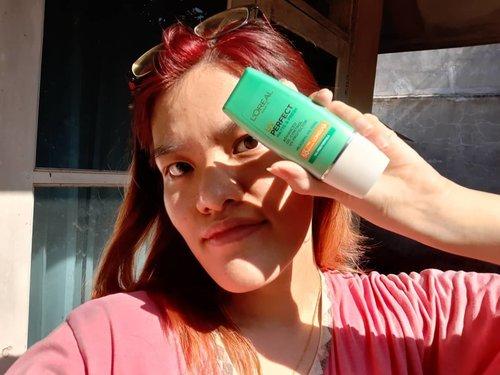 Work from home bukan berarti ngga kena panas dong. Lagi musim corona gini, berjemur sepertinya malah semakin menjadi hal yang wajar ya. Eh, tapi tau ga kalau berada di dalam rumah pun, kulit masih bisa terkena UVA dan UVB loh!  Maka dari itu, penggunaan sunscreen itu udah HARUS BANGET rutin tiap hari dilakukan. Kalau aku sukanya pakai @lorealindonesia UV Perfect Matte and Fresh (warna kemasan hijau). Sunscreen yang satu ini udah mengandung SPF 50+ PA++++ yang bisa tahan kurang lebih 8 jam tanpa re-apply. Aku sukanya yang Matte and Fresh ini karena sudah dilengkapi oil free formula yang cocok bagi pemelik kulit berminyak sepertiku.  Nah kalau kalian sendiri sukanya pake sunscreen apa nih?  #StaySunnyInside #SunnyTime #LorealUVPerfect #LorealMatteandFresh #Sunscreen #WFH #BeautyBlogger #IndonesiaBeautyBlogger #BdgBB #clozetteID