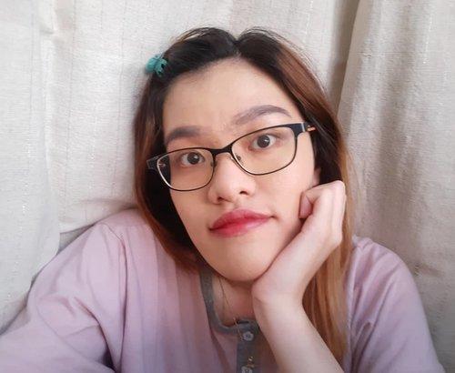 Siapa aja nih yang kuliah dari rumah? ME!! Walau kuliah online, penampilan tetep mesti dijaga lah ya. Make up stay on, walau outfit-nya baju rumah hehe.  Semoga masih pada betah di rumah ya. Keep stay at home, guys!! Jaga kesehatan dan sehat selalu!! . #schoolfromhome #kuliahdarirumah #stayathome #makeup #makeupdirumah #kuliahonline #bdgbb #beautyblogger #indonesiabeautyblogger #simplemakeup #clozetteID