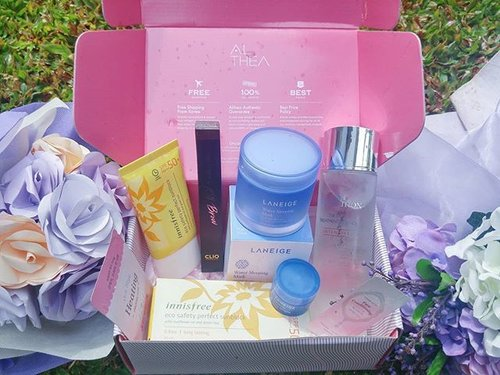 What's inside my 1st @altheakorea pink box: - Laneige Water Sleeping Mask It will hydrate and make your skin moist. - Missha Time Revolution the First Treatment Essence.  This FTE function is to prepare your skin to get another skincare treatement routine. - Innisfree Sunblock SPF PA+++ 50+ A thing that shoudn't be forgotten before i go out home. - Clio Tinted Tattoo Kill Brow 2 in 1 eyebrow pen & eyebrow mascara.  #beauty #Kproduct #altheakorea #altheaindonesia #ClozetteXAlthea #ClozetteID #Laneige #Innisfree #missha #misshafte #cotw #superskincare