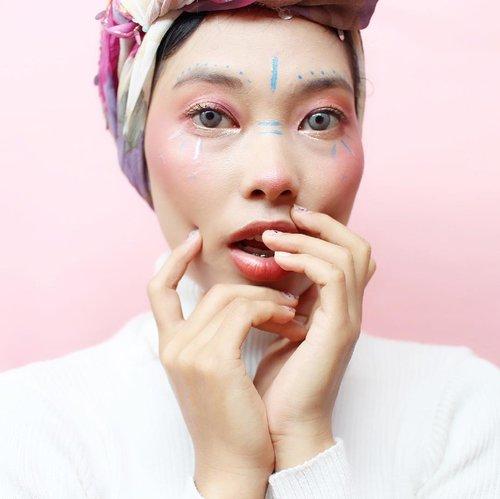 Eh Ayam.... ayam .... ayam ... ! Sampe kaget, liat muka sendiri ! ehehe. Kaget juga abis nyobain make up baru dari @altheakorea bagussss parah !  Aku bakal share disini apa aja yang aku pakai buat Festival Makeup Look ini :  ______ Eye : using Sunrise & Moonrise Eye Palette @bclsinclair BCL x @altheakorea  Glitter : Spotlight Eye Glitter @altheakorea  Concealer : Flawless Creamy Concealer from @altheakorea  Lip : WaterColor Cream Tint #04 Maroon Cream from @altheakorea  _____ Untuk tutorialnya kalian bisa cek di blog aku, link on bio ❤️ @altheakorea @clozetteid  #Clozetteid #makeup #Clozetteidreview #AltheaxClozetteIDReview #altheakorea