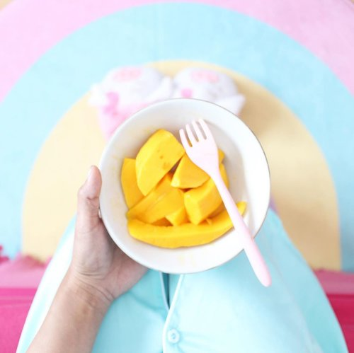 Somewhere over the (fleece mat) Rainbow 🌈 ___________________ #handsinframe #fromwhereisitting #minimalism #minimalismood #clozetteid #foodie #foodstagram #foodporn