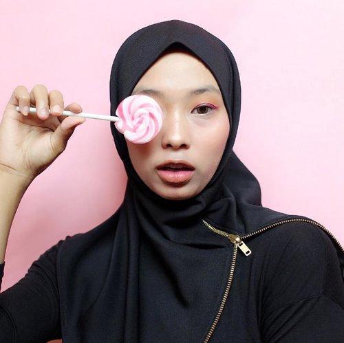 Seriusan sih, ini jarang sekali terjadi ... Rima pakai hijab instan atau bergo. Gapernah kepikiran malah bakal cocok pake bergo, apalagi aku kalo hijab suka nyeleneh2 gitu kan gayanya, haha! tapi ko pas nyobain kerudungnya @madine.id walaupun modelnya simple dan warnanya hitam gini, ko aku sukaaaa yaa! Apalagi bahannya yang engga cepet kusut, wahhh gemes sih akunya. Ini terlucu sihhh gatau deh sesuka itu aja aku sama hijab instan ini, terluvvvvvvvv ! 💃🏼Btw, gaya foto ku terinspirasi dari gaya fotonya dari @madine.id udah mirip belom ? Hahaha !#InstantHijabStudio #EasierBetter #clozetteid #starclozetter #hijabinstan #hijabstyle #hijabfashion