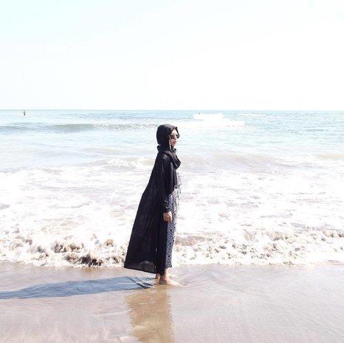 Now you sea me.....#minimalism #minimalist #minimalmood #minimalismindonesia #rsa_minimal #whiteaddicted #minimal_perfection #clozetteid #starclozetter #hijabtraveller #minimalism_world #beach #beachlife #seaescape #wanderlust #exploreanyer #pantaijambu