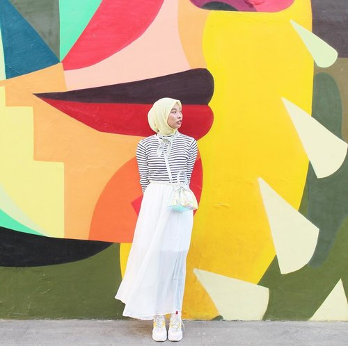 I pretend to look around, but i'm actually looking for you.......#ootd #ootdindo #ootdhijab #hijabootdindo #hijabstyle #ihavesomethingwithwalls #art #mural #clozetteid #starclozetter #ggrep #bloggerstyle #blogger #fashionblogger #explorejakarta #ootdfashion