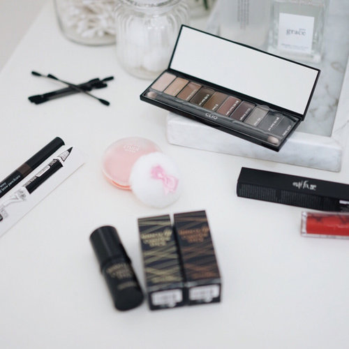 Unboxing @althea.kr Holiday Beauty Box. These are full-sized products from Black and Red Holiday Beauty Box, read more on anatakwok.com ___ #ClozetteID #ClozetteIDReview #AltheaReview #AltheaxClozetteIDReview