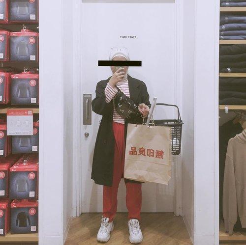 #Parahsih belakangan ini lagi suka banget pake outfit yang ada warna merahnya. Mungkin efek cuaca yang sering gloomy jadi biar semangat aku pake warna merah deh 💃🏻🍒...#clozetteid#redoutfit#ladyuliastyle#malasmalasstyle