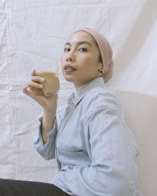 🍼☕️———..#clozetteid#selfportrait#makeportrais#minimalfeed#coffee#suddenlycinatic#gameoftone#homecafe#aesthetic#aesthetics#koreanaesthetic#whitefeed#fashionstylistjakarta#hijabstylistjakarta#minimalistwardrobe#minimalistfeed#whitegram#whitagram#selfphotography#fotodirumahaja#virtualphotoshoot#turbanstyle
