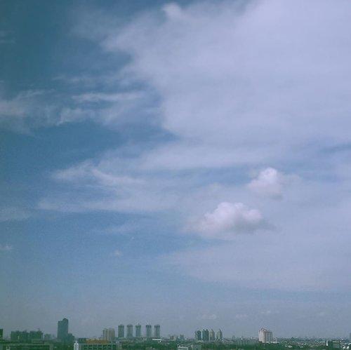 ☁️☁️...#clouds #explorejakarta#jakartasky#eidday2 #minimalfeed#ruedaily#gameoftone#filmphotography#terfujilah#clozetteid #suddenlycinematic