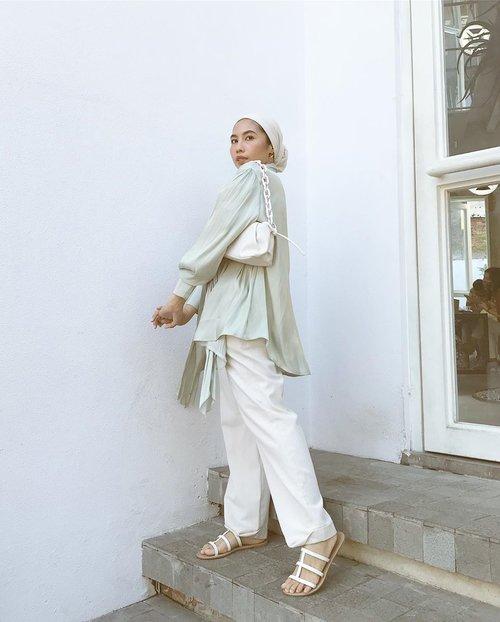 Flowy! Btw katanya film #Alive di netflix bagus?📸 @isnadani —————#hotd#ladyuliastyle#clozetteid#contentcreatorjakarta#wethecreator#suddenlycinematic#contentcreatorid#malasmalasstyle#turbanstyle#hijabeditorial#fashionstylistjakarta#stylistjakarta#hijabstylistjakarta#hijabstylist#hijabfashionstylist#aestheticfeed#feedgoals#prewedstylistjakarta#stylistprewedjakarta#minimalfashion#minimaloutfit#minimalwardrobe#minimalistindonesia#modestfashion#minimalfeed