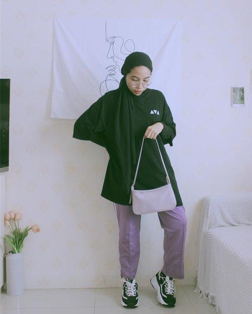 Slouchy 👾🖤 ——————— #ladyuliastyle#streetstyle#slouchystyle#slouchyoutfit#oversizedtshirt#toinfinityandbeyond#malasmalasstyle#clozetteid#ruedaily#hypebeast#hijabstreetstyle#modestfashion#turban#turbanstyle#streetstylehijab#lilac#lilacoutfit#hijabstyle#selfportrait#ootd#lookbook#wearetothe9s#lazyoutfit#dailyfudge#wethecreators#wethepeople#fashioninfluencerjakarta#fashioninfluencerindo#hijabtutorial#suddenlycinematic