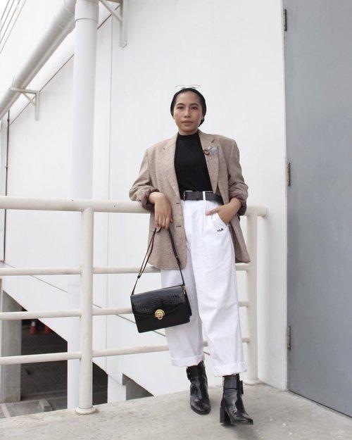 Blazer sama celana di foto ini lagi aku pake terus belakangan ini. Sebelum belajar hidup minimalis aku menghindari pake baju yang sama dalam waktu berdekatan. Sekarang justru seneng kalau bisa pakai baju yang sama berkali-kali. Pakai-cuci-kering-pakai lagi deh. Justru bikin aku happy karena baju yang aku punya nggak dicuekin aja teronggok di lemari....📸 @ulfaah #clozetteid#ladyuliastyle #minimalismindonesia#gemarrapi#minimalistwardrobe #capsulewardrobe#modestfashion