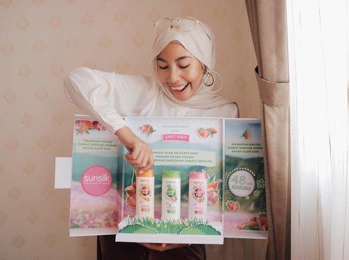 Senangnya bisa nyobain 3 varian baru dari #SunsilkHijab. Sekarang beraktivitas seharian pun terasa lebih menyenangkan berkat teknologi terbaru dari @sunsilkid yang bikin kulit kepala dan rambut terasa lebih segar..Teknologi dari Sunsilk juga bikin rambut tetap wangi dalam 48 jam. 3 Varian baru dari Sunsilk Hijab ini cocok buat kamu yang punya masalah dengan rambut rontok (kemasan orange), rambut berketombe (kemasan hijau), dan rambut lepek (kemasan pink). Selamat mencoba 💚 #SunsilkID #UncoverPossibilities #SunsilkHijabSister #Kesegaran48jam #clozetteid