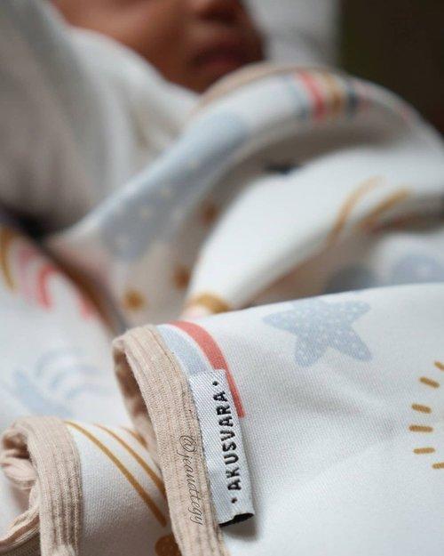 Rekomendasi Selimut Baby L 🛌.Aku mau rekomendasikan selimut yang frendly banget untuk bayi. Karena ini hangat, lembut, ringan, dan motifnya keceh..Aku pakai selimut dari @akusvara, aku dapat ini dari GA mereka. Sebelumnya memang pernah pakai produknya juga..Selalu senang sama produk mereka karena bahannya yg lembut memang cocok untuk bayi dan anak²..Kalau moms mau cari selimut untuk anak tercinta atau mau kasih hadiah, cobain deh produk dari @akusvara ❤️..#jeanettegy #JeanettegyStory #LeiaPutriIsaie #babygirl #selimutbayi #akusvara #akusvarablanket