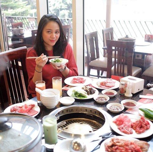 "Today's lunch with @clozetteid at @hanamasa_id ❤️✨Seru banget chitchat sama clozetter sambil makan sepuasnya, dari gue kecil sampe punya anak dan anak anak gue pun suka banget kalau diajak makan ke Hanamasa 🤣Selain makanan Jepang, Hanamasa jg terus ber-inovasi menyediakan berbagai makanan dan minuman serta dessert sesuai keinginan konsumen nya. Yummy!______Hanamasa itu ternyata udah ada dari tahun 1987 dan outlet pertama nya itu yg di Mahakam, waw even gue belum lahir tahun itu hahahah! ______Hanamasa sekarang lg ada campaign ""Dari meja ke meja"" gengs, jadi kalau kalian makan di Hanamasa terus kalian foto piring piring kosong nya dan upload ke instagram-story terus kasih hashtag #DariMejaKeMeja + mention @hanamasa_id itu kalian sama aja kasih 1 voucher buat ibu hamil dan anak di kawasan Bantar Gebang. More info bisa cek instagram nya Hanamasa yaaaa! #ClozetteIDxHanamasa #ClozetteID #TersisaPercuma @hanamasa_id @clozetteid"