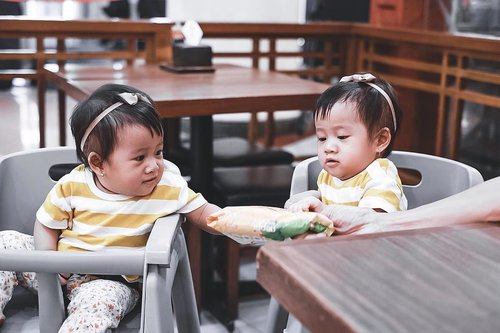having twin daughters means double the blessing, double the giggle and twice the love. i am blessed 💕✨ #twins #twingirls #anakkembar #kembarindonesia #twinbaby #clozetteid