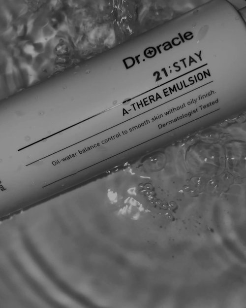 @droracle.id 21 Stay A-Thera Emulsion ✨Apa sih Emulsion?Emulsion itu adanya lotion versi sangat ringan yang ada ditahapan K-Beauty, skincare routine yang dilakukan setelah toner dan sebelum serum atau setelah serum sebelum moisturizing cream. Tapi case ini balik lagi ke kondisi kulit masing-masing, untuk di gw sendiri emulsion biasanya dipake sebagai moisturizer alias step terakhir. Tapi gw juga baru-baru ini coba di step setelah toner dan sebelum serum. Intinya urutannya dari yang paling cair ke yang paling padat, depends on how thick is your serum.Gw sendiri waktu punya emulsion ini pertama kali gw treat kaya moisturizer, tapi kalo lo ngerasa kurang nampol nguncinya gak salah banget kalo mau nambah moisturizing cream/gel lagi di tahap paling akhir.This soft, transparent liquid emulsion contains: - Celtic Water & Bamboo Water to relax and hydrate your skin - Green Tea Extract, Sage Extract, & Grape Seed Oil to help soothe the skin and control sebumSebulan hampir dua bulan ke belakang, jerawat hormon gw tumben banget lagi banyak. Entah ditrigger juga pake skincare baru, intinya kulit wajah gw lagi gak seimbang. Ditambah @droracle.id 21 Stay A-Thera gw abis sekitar 2 mingguan. Setelah repurchase kerasa banget dikulit skin barrier lebih baik dan acnes cepat juga ilangnya.Kesimpulannya jangan biarin kulit kering disaat jerwatan, karena jadinya bisa nambah breakout. Setelah pakai Emulsion dengan fungsi soothing dan hydratingnya, jadi lebih nyaman. Ini cocok banget dipakai untuk yang acne prone.Semoga review singkat gw membantu ya💜This product can be purchased at @kaycollection ya ✨-#koreanskincare#skincareroutine#kayxkarina#clozetteid