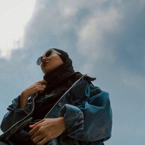 Awan-awan mendung, belum kebagian awan bagus hari ini 🌤 nyobain foto kamera depan di geletakin di bawah pertama kali dan ini hasilnya. Tar coba lagi kalau langit birunya kembali. Swipe buat prosesnya ➡️-#clozetteid#karincoyootd