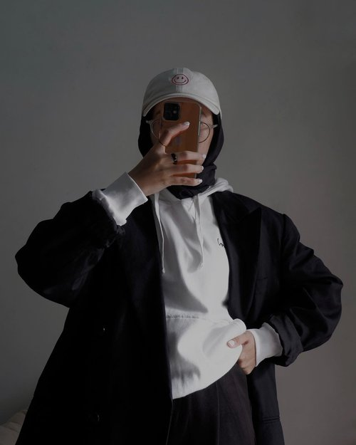 What outfit fits my personality?Stylenya aja dulu vakansi ke negara musim dinginnya nanti-nanti, yang penting udah ada moodboardnya 🖤-#karincoyootd#hijabstreetwear#ootdindo#clozetteid
