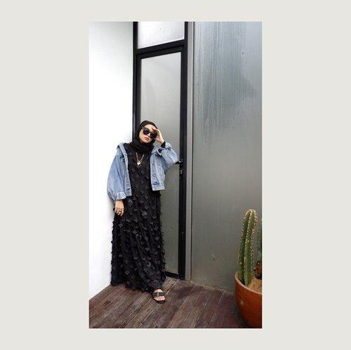Yagitu deh niat mah ada tapi eksekusinya gak sesuai realita, suka high expectation aja jadinya overthinking ⚫️ padahal mah mikirin amat kata orang ya? Orang aja gak mikirin, yeeee bodo amat thanks.-#clozetteid #karincoyootd#hijabstreetstyle