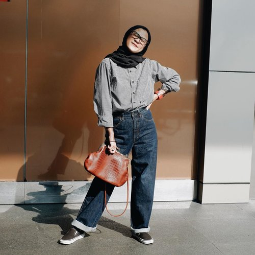 Sebiasa aja itu 🤙🏻tapi itu aku pake daleman tulle gitu, notice gak sih? Agak di sambung-sambungin juga pake vintage purse 😎__________________#karincoyootd#fashionrepeater#clozetteid#modestfashion