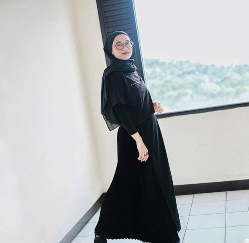 Ini loh rok yang waktu itu kalian vote!Jadi favorite bottom to pair, karena bisa masuk ke segala acara. Formal hayu, informal juga hayu. Setengah pleats and I just love it 🤍 @rashawl#miamotret 📸 @silmiaputri*bisabisanya nangkep gw senyum padahal biasanya fierce hihi___________________#karincoyootd#shadesofkarincoy#clozetteid#hijabstyle#hijabfashion#hijabmodesty