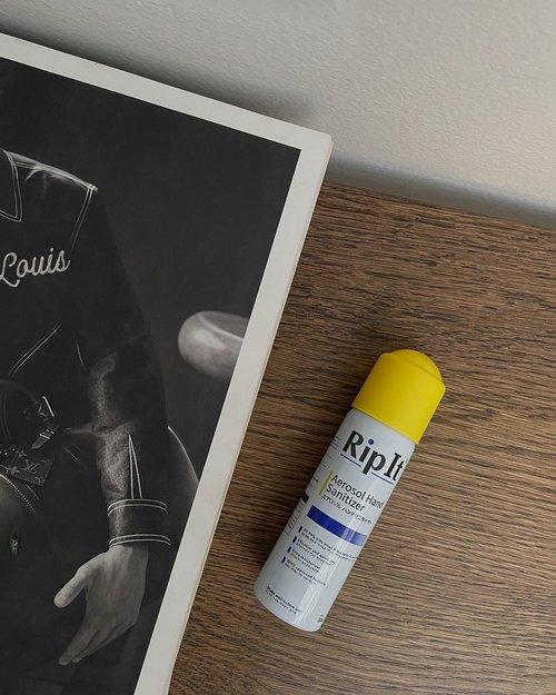 New Normal Essential ✨Ngerasa praktis banget semenjak bawa @ripit.id kemana-mana karena bukan hanya sanitasi tangan, tapi juga permukaan barang dan ruangan dalam 1 genggaman. Selain itu mengandung bahan aman yang bisa mematikan 99,99% virus dan bakteri serta di fomulasikan ramah lingkungan ✅Yang gw suka dari RipIt ini, gak ada wangi yang nyengat ke tenggorokan, gak lengket di tangan dan gak bikin kulit kering karena mengandung vegetable-based moisturizer 👌🏻Jangan lengah prokes ya guys!-#diripitaja #clozetteid#newnormalkit