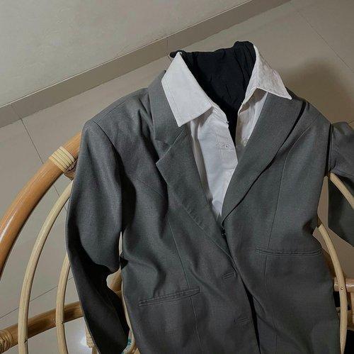Hari ini mau kondangan, lagi bingung mau pairing baju gimana.  Mending mana? 1. Shirt + kain + sandal 2. Inner + kain + blazer + sandal 3. T-shirt + blazer + kain + sandal 4. Tunik + kain + sneakers  Btw since gw mau ada outfit baru yang bakal masuk ke lemari, kayanya gw bakal decluttering beberapa yang gak sering gw pake atau yang gw pikir gak bakal gw pake sampe 30x. Mungkin akan gw share di story untuk diadopsi atau dijual dengan harga seadanya aja. Semoga segera, walaupun baju gw biasa aja sih tapi siapa tau ada yang minat 😊 - #clozetteid