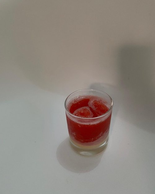 Juice 🍓Beli juice lewat ojek online, minta gak pake gula gak pake kental manis. Terus sampe dirumah ditambah kental manis sendiri, tapi masih tanpa gula. Menurut lo jadi sama aja, apa sedikit lebih(lumayan) sehat? Sedikit lah ya...Tapi lo tau gak? Di dalam buah strawberry itu terdapat falvanoid atau yang biasa disebut dengan fistein. Kandungan tersebut berfungsi untuk meningkatkan memori. Dengan mengonsumsi dua atau lebih buah strawberry dalam seminggu, dapat membantu meningkatkan memori otak lo. Soalnya gw lagi sering short memory kaya waktu hamil, cepet banget lupanya. Naro hp sendiri aja lupa.Kalau strawberry pake bahasa Inggris, bahasa Indonesianya apa ya?-#clozetteid