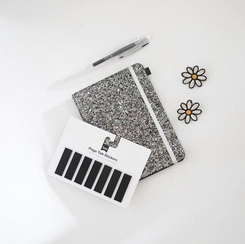 Supaya menulis dengan perasaan yang happy, maka butuh buku jurnal yang bisa menyampaikan energinya. Ya gak tahan juga sih sama warnanya, apalagi page tab stickernya. Sebenernya nyari yang all black dan lebih tebel. Cuma gak nemu, si blink-blink shimmery ini juga bikin happy! 🖤🖤🖤 #clozetteid
