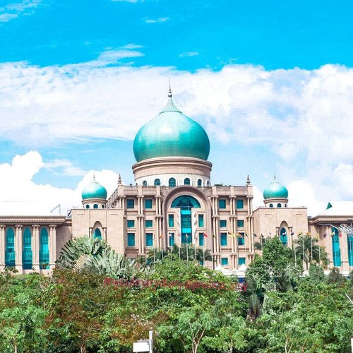 A beautiful palace in Putrajaya.Wanted to get insode, but it's forbidden :(.Hop over to myculinarydiary.com/TRAVEL to see my experience in abroad.#sisytravelingdiary #traveljourney #ootd #ootdfashion #palace......#clozetteid #wisata #travel #igtravel #travelgram #buzzfeed #europe #india #tajmahal #justgoshoot #exploretocreate #cappadocia #kapadokya #abudhabi #mosque #visualtolife #photography #photooftheday #dametraveler #peopleinframe #malaysia #beautifuldestinations