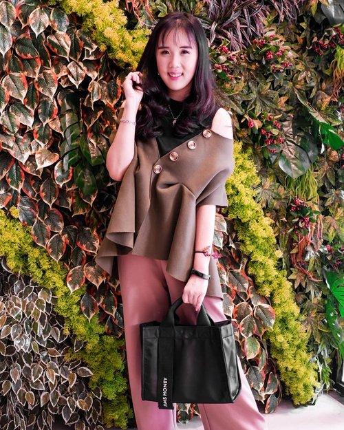 Suka bgt sama Natalie bag dari @jimshoneyoffc krn bahannya anti air, muat banyak dan designnya bgs!! Bisa masukin botol air dan kamera jg loh ❤❤ #tapfordetails . . . . . . . . . . . #ootd #photooftheday #beautifuldestinations #lookbook #jimshoney #jimshoneymurah #marheinj #japan #fashionblogger #outfitoftheday #korea #ootdspot #jktspot #followme #tapfordetails #chanelbag #instadaily #europe #traveleurope #flatlays #postthepeople  #travel  #clozetteid