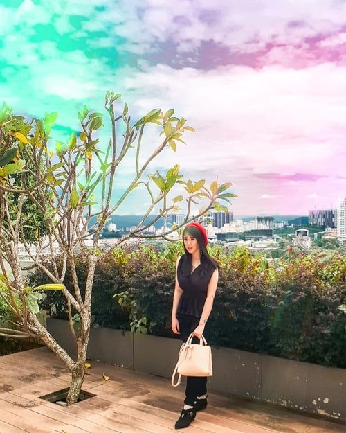 The weird sky in KL . . Hop over to myculinarydiary.com/TRAVEL to see my experience in abroad. #sisytravelingdiary #traveljourney #ootd #ootdfashion #terfujilah . . . . . . #clozetteid #wisata #travel #igtravel #travelgram #buzzfeed #europe #holiday #malaysia #kualalumpur #travelbali #kapadokya #bali #photography #photooftheday #foodoftheday #cakedecorating #photoshoot #fujifilm #beautifuldestinations