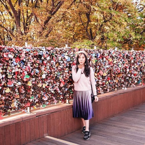 Where all the love is being locked in one place ❤ #sisytravelingdiary.............#ootd #photooftheday #beautifuldestinations  #seoul #france #jeju #ootdspot #jktspot #like4like #nstagramable #instagram #switzerland  #postthepeople #travel  #clozetteid  #autumn #namiisland #mountsorak #makeup #seoultower #lovelock #travel #travelingwomen_ #korea