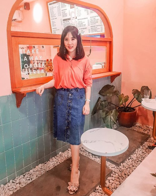 I miss the moment when I go to cafe for photoshoot. I really miss the moment when I go traveling abroad. Stay safe everyone, not only because the COVID-19, but also there is lack of humanity. Wearing denim skirt for the first time!! I hope it looks good on me 😂 . . Taken at @deja.indonesia . . . . . . . . #ootd #photooftheday #beautifuldestinations #kodakfilter #gardensbythebay #iphoneonly #travelinladies #tutorialedit #photoedit #like4like  #tiktokchallenge #kodak  #clozetteid #denimskirt #tapfordetails #travelsingapore #thewanderingtourist #travel #jeans #levis #denim #kodak #camera