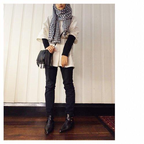 Throwback outfit untuk #citracantikramadhan tahun kemaren 💁♀️On frame : Shawl : Aprilia CollectionOuter : Hyge Outer by Aprilia x hibi Legging : Dkny