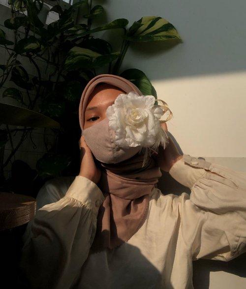 who's ready for mask season to be over 🙋♀️🌺selama rutin pakai masker, muncul lah masalah masalah kulit yang disebabkan pemakaian masker atau di sebut dengan #Maskne ternyata maskne disebabkan oleh pori pori yang tersumbat dengan bakteri dan kotoran lainnya, makanya dimasa pandemi ini kita harus lebih ekstra dalam merawat kulit, salah satunya dengan menggunakan sunscreen yang berkualitas dan tidak menyumbat pori pori serta harus selalu double cleansing supaya kulit tetap bersih.dan kedua produk @bioderma_indonesia ini Bioderma Sensibio H2O Micellar Water & Bioderma Photoderm Max SPF 100 PA++++ aku rekomendasikan sebagai rangkaian skincare #MaskneFree #Bioderma #BiodermaIndonesia #MaskneFree #RespectYourSkin #SensibioH2O #Photoderm #BiodermaXClozetteIDReview #ClozetteID
