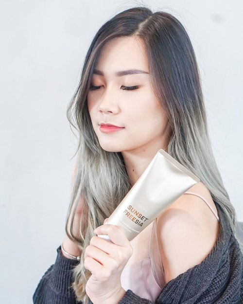 I'm gonna share a secret of smells good for a whole day!  So, lately i've been using @julyme.official_id Non Wash Hair Pack in Sunset Freesia. It's smells so good, like luxury perfume scent!!! ✨ And the scent stay for whole day 🙌🏻 How to use it?  👉🏻 Apply to wet hair, use hair dryer and use heat instrument such as curling iron, roll, etc (it's ok if u not using any heat instrument ).  Yup, it can protect damage hair through heat and ofc make your hair more soft.  @jul7_me actually from south korea and now avail in Indonesia !!  Beside non washed hair pack, they also have perfume hand cream in 7 scents. All of it smells so good 🥰  Well, as we know cause of using too much hand sanitizer my hand skin bcame rough and dry.  That's why it's important to use hand cream.  . . . #julyme #perfume #hairpack #hairessence #JakartaBeautyBlogger #BloggerSurabaya #SurabayaBeautyBlogger #WorkWithTorquise #Clozetteid